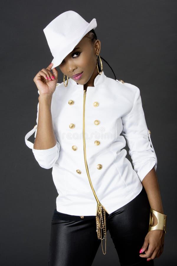 年轻美好非洲妇女摆在,戴帽子 免版税库存照片