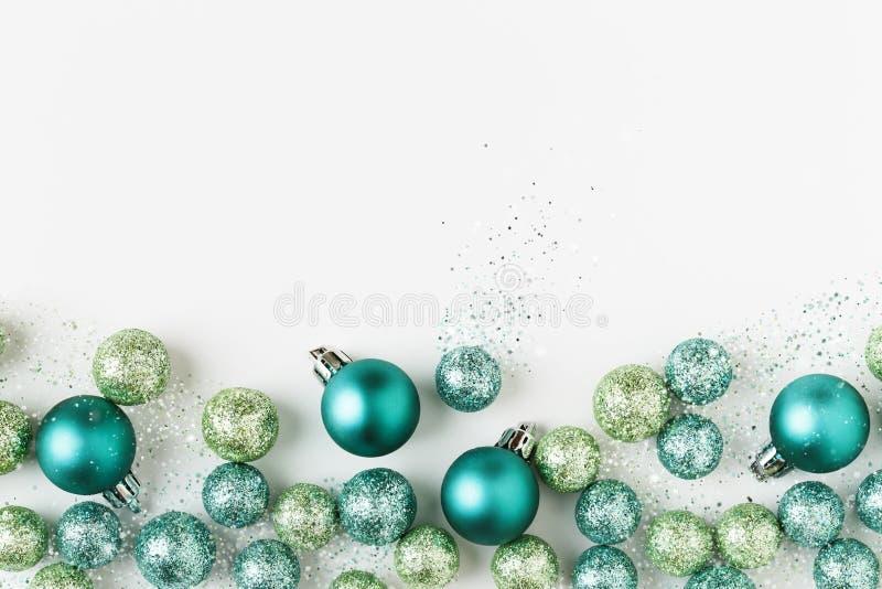 美好,明亮,现代圣诞节假日装饰在当代蓝色和绿色的装饰在白色背景 库存图片