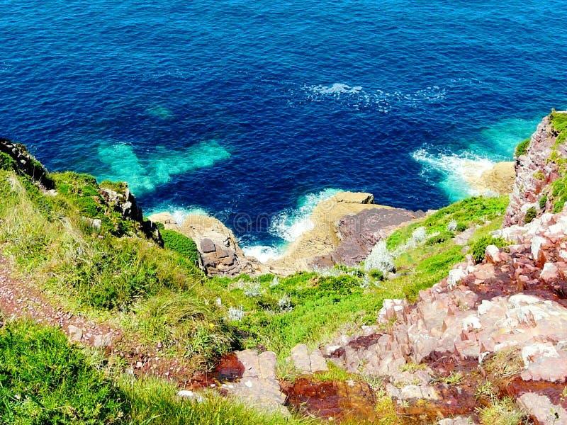 美妙地在海角Frehel,布里坦尼,法国的美丽的小海湾 免版税库存照片