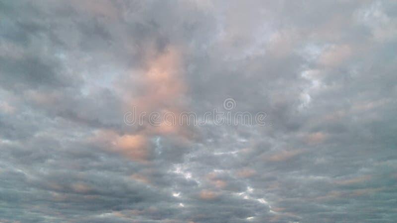 美妙地舒展的桃红色Cloudscape 库存照片