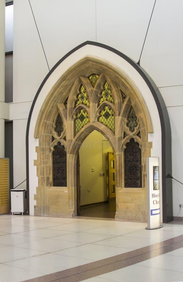 美妙地被再磨光的入口在现代贝尔法斯特梅特医院的主要休息室内位于的多利安人的教堂 免版税库存图片