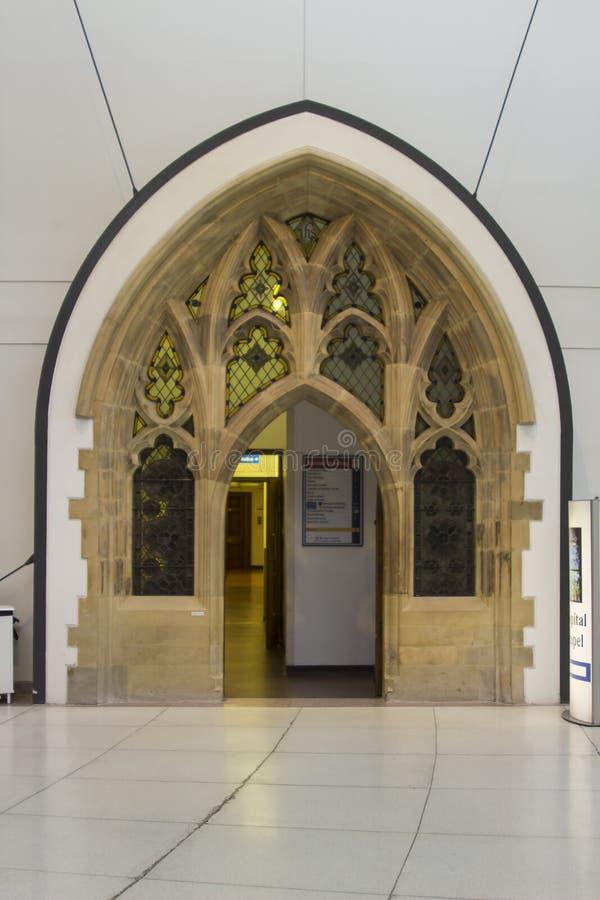 美妙地被再磨光的入口在现代贝尔法斯特梅特医院的主要休息室内位于的多利安人的教堂 库存照片