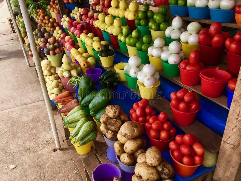 美妙地被堆积的菜和果子在农夫市场上在墨西哥 免版税库存图片