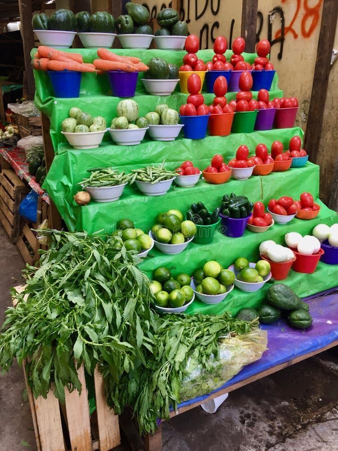 美妙地被堆积的菜在农夫市场上在墨西哥 库存图片