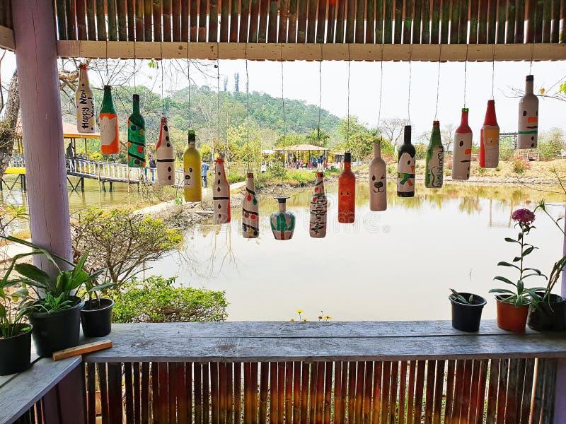 美妙地被绘的垂悬的瓶 对它的最好的春天的自然和花 免版税库存照片