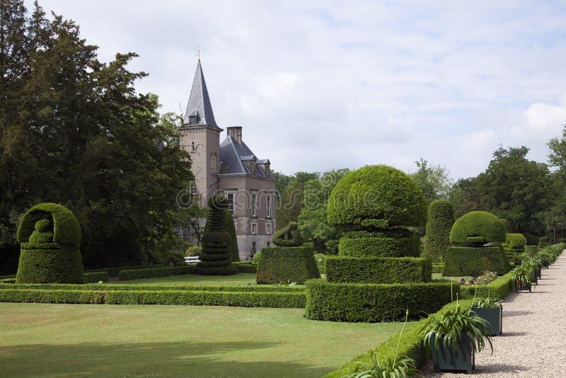 美妙地被整理的箱子在庭院庄园Twickel城堡修筑树篱在Delden,荷兰 库存图片