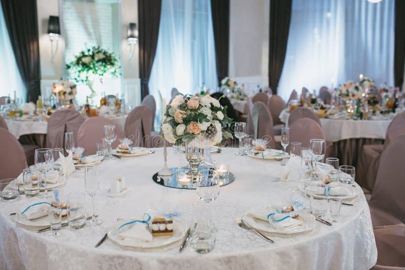 美妙地装饰的婚姻的圆桌 免版税库存图片