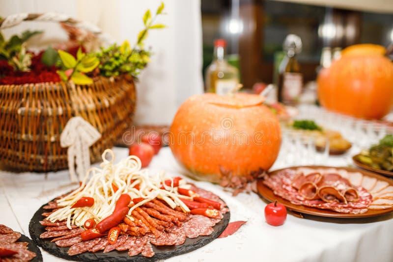 美妙地装饰的承办的宴会桌用另外食物 库存图片