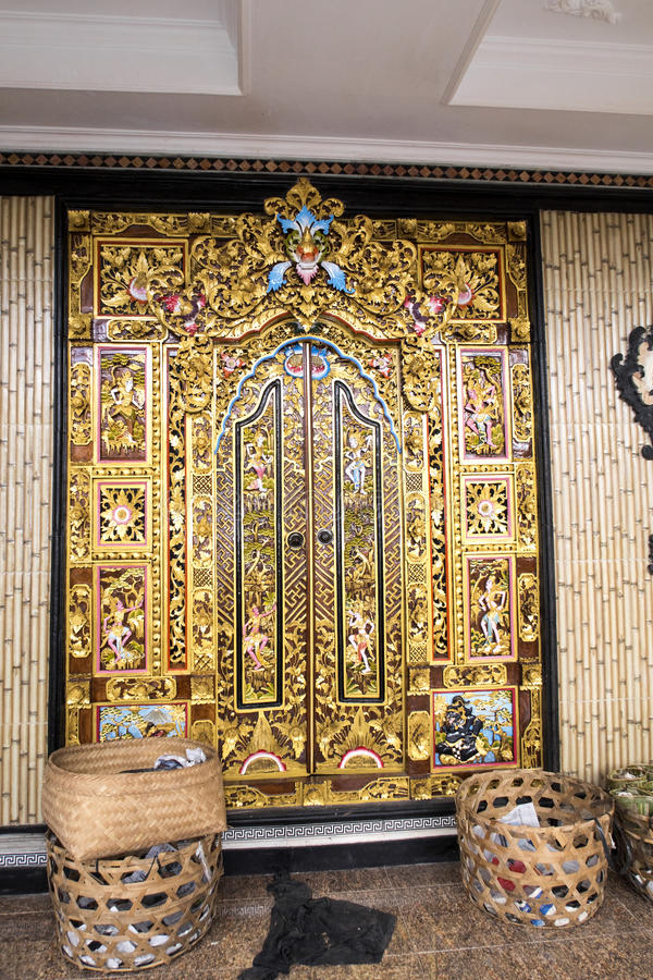 美妙地装饰的木门,努沙Penida,印度尼西亚 库存照片