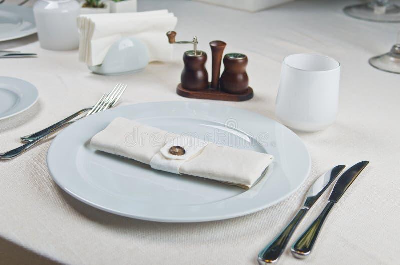 美妙地装饰的桌在餐馆。 免版税图库摄影