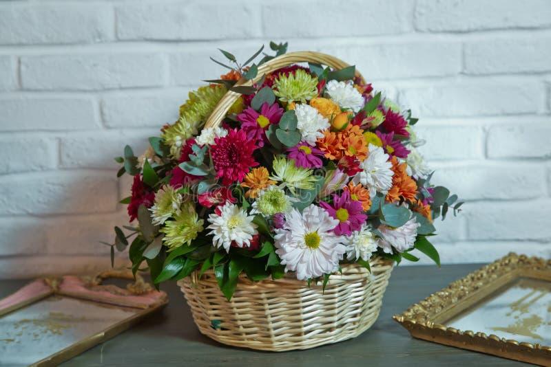 美妙地装饰的玫瑰色花束 与玫瑰的五颜六色的花束 多彩多姿的篮子花花束 与玫瑰的柳条筐, 免版税库存照片