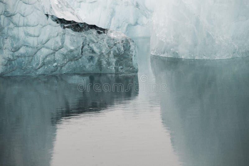 美妙的冰岛自然风景 高山、雪、山riwer和绿色草原 免版税库存照片