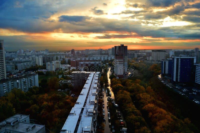 美妙的城市和难以相信的日落 免版税图库摄影