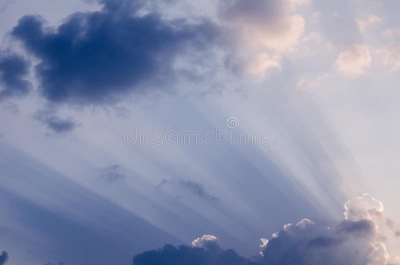 美妙的太阳在一个夏日发出光线击穿通过在蓝天的美丽的厚实的云彩 令人敬畏的cloudscape背景 免版税库存照片