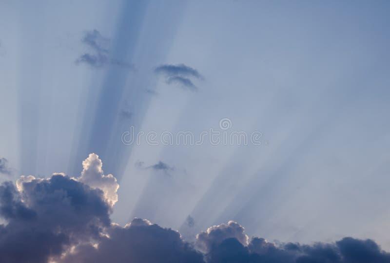 美妙的太阳在一个热的夏日发出光线击穿通过在蓝天的美丽的云彩 令人敬畏的cloudscape背景 图库摄影