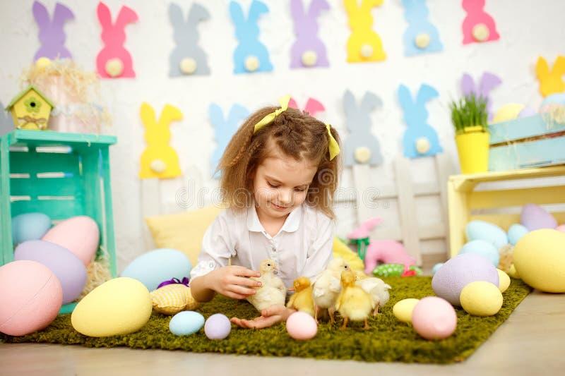 美妙的女孩用在绿色的黄色鸭子 免版税库存照片