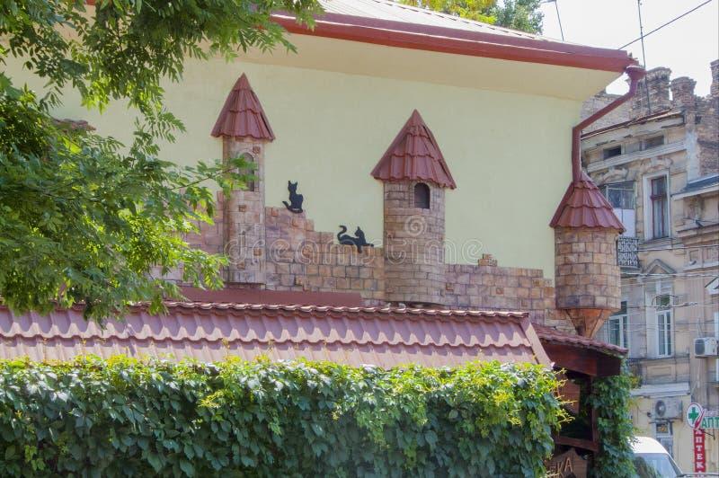 美妙的家庭装饰,在墙壁上的现代猫设计在傲德萨,乌克兰- 2019年7月 免版税库存照片