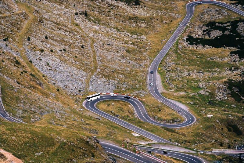 美妙的山景 山有许多轮的弯曲道路在秋天天 Transfagarasan高速公路,最美丽的路 免版税库存图片