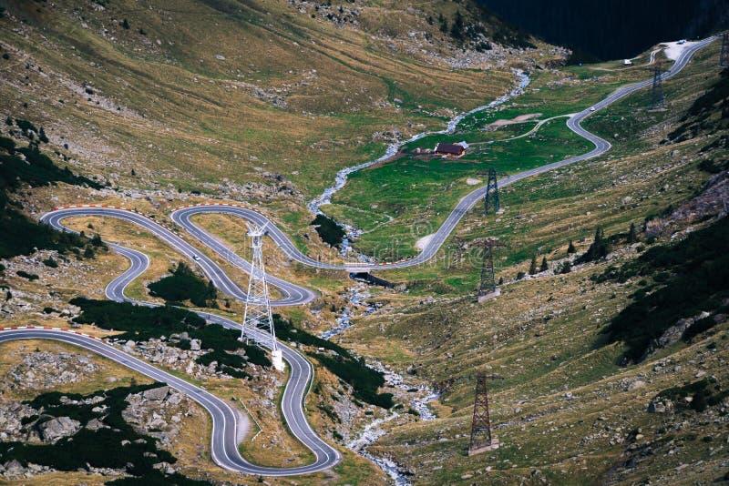 美妙的山景 山有许多轮的弯曲道路在秋天天 Transfagarasan高速公路,最美丽的路 库存照片