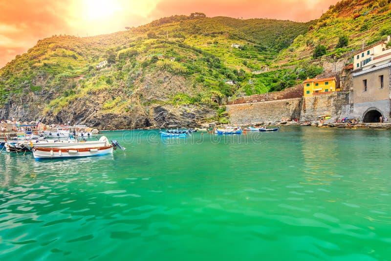美妙的日出和五颜六色的小船,韦尔纳扎村庄,利古里亚,意大利,欧洲 免版税库存照片