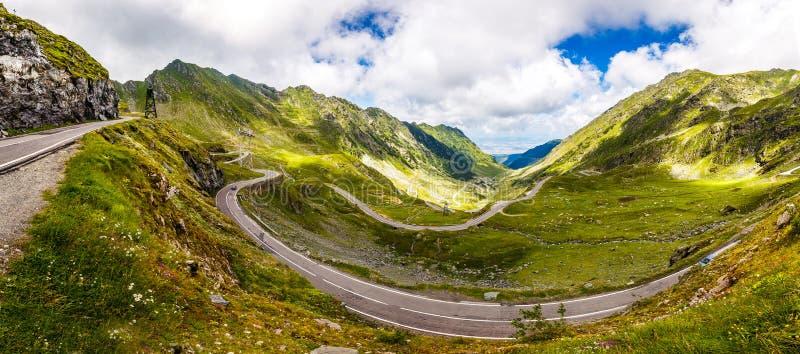 美妙的晴朗的风景 有完善的天空的山路 Transfagarasan高速公路,欧洲,罗马尼亚Transfagasan路,里奇弗格拉什 免版税库存图片