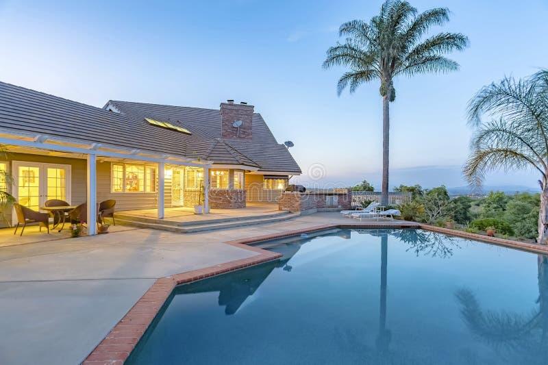 美妙的看法在有水池和倒钩的南加利福尼亚家 库存照片