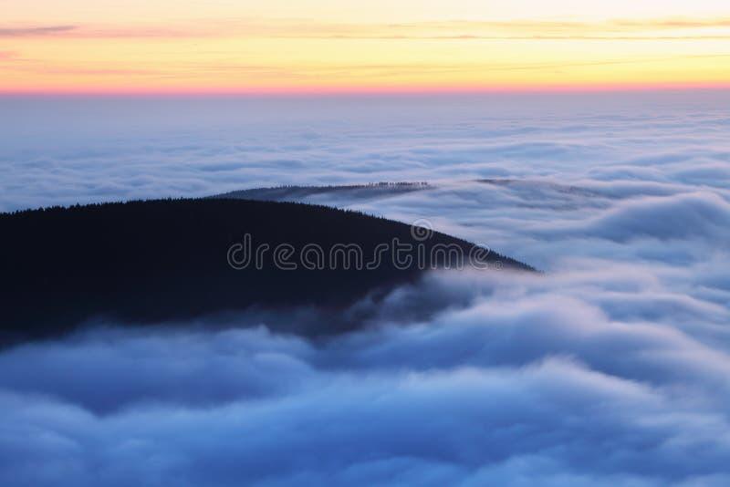 美妙的风景,在云彩上在好天气在秋天,欧洲 与高山山谷,低云,森林的风景 图库摄影