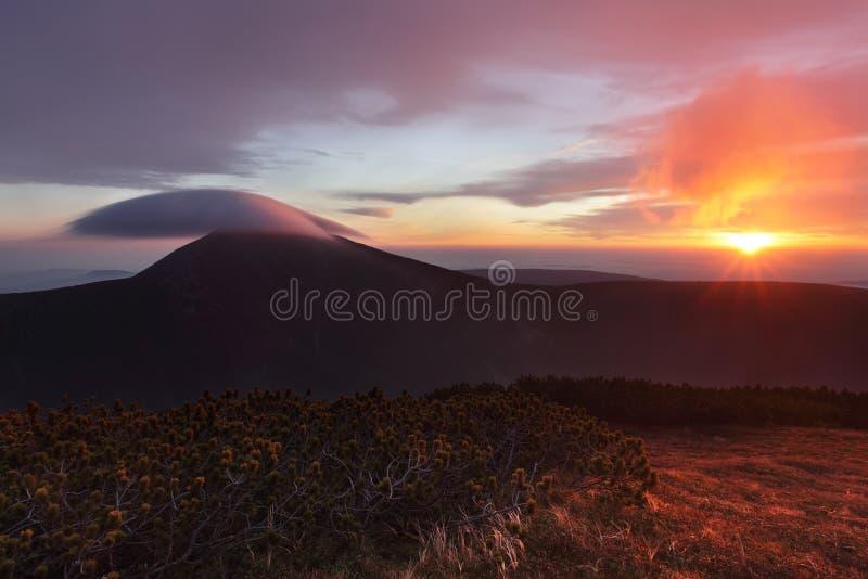 美妙的风景,在云彩上在好天气在秋天,欧洲 与高山山谷,低云,森林的风景 免版税库存照片