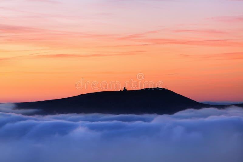 美妙的风景,在云彩上在好天气在秋天,欧洲 与高山山谷,低云,森林的风景 免版税库存图片