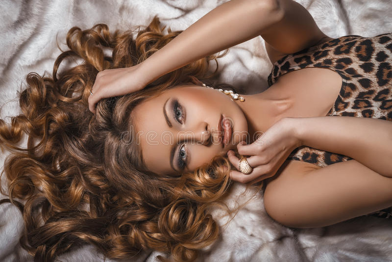 美妙的年轻白肤金发的妇女画象有看照相机的长的头发的 库存图片