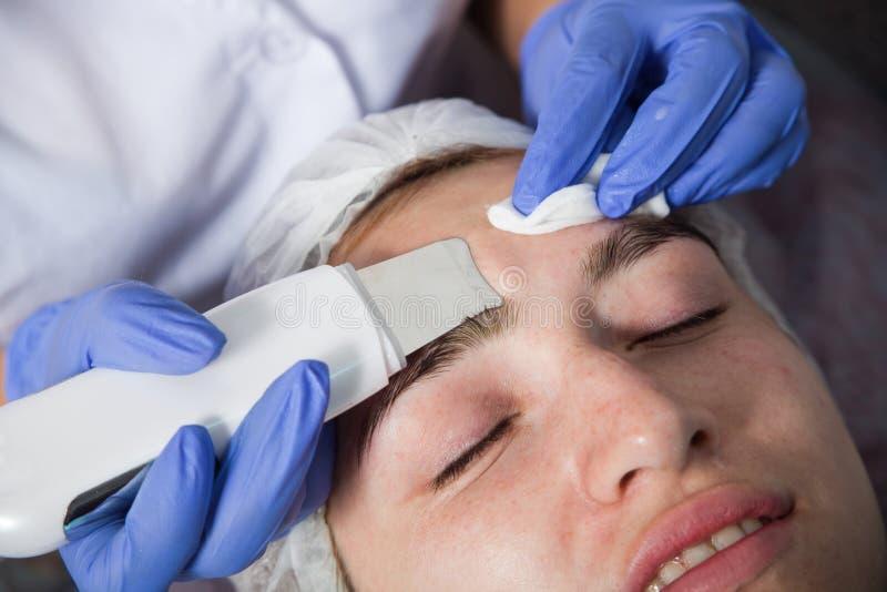 美容师做面孔清洁 免版税库存图片