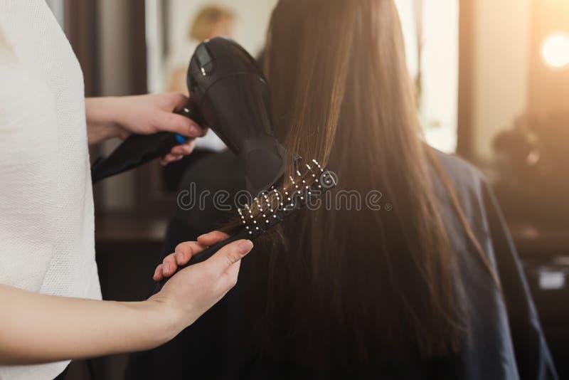 美容师干燥妇女` s头发 免版税库存照片