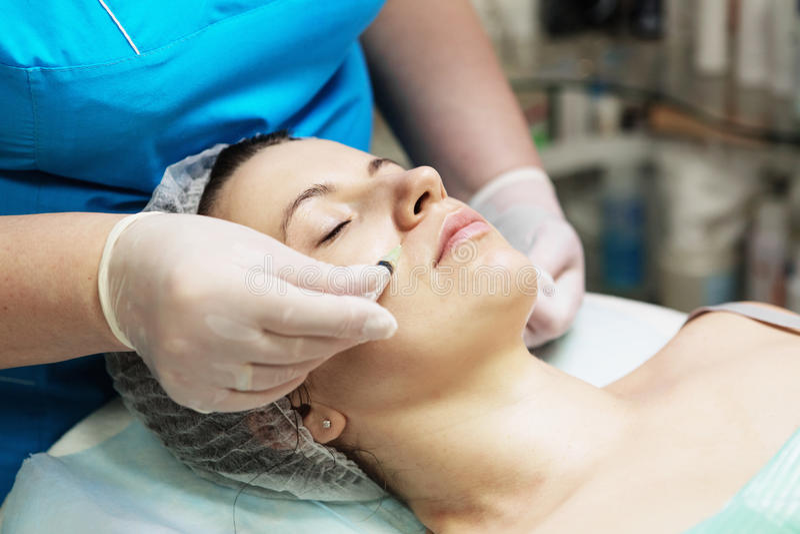 美容师执行在妇女fa的一种针mesotherapy治疗 免版税库存图片