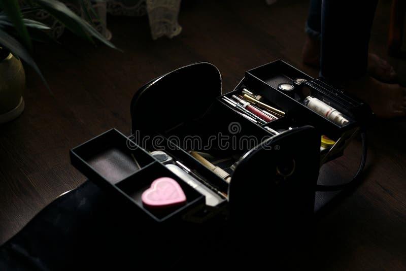 美容师袋子充分组成化妆用品 在wo的化妆师事例 免版税图库摄影
