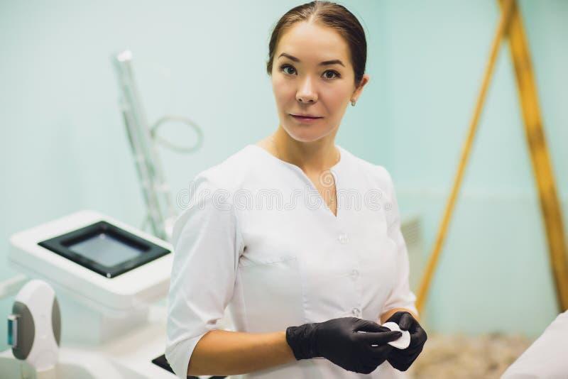 美容师,一位美容师医生的画象办公室的背景的 免版税库存图片