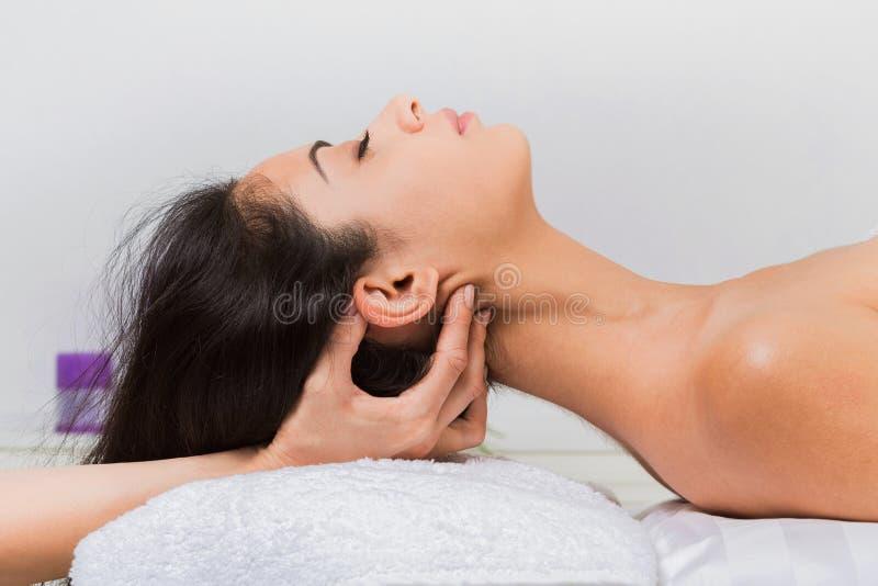 美容师医生在温泉健康中心做脖子按摩 库存照片