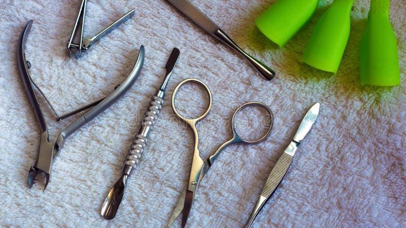 美容院、化妆沙龙或者美容院的设备 在发廊的修指甲工具 修指甲或修脚的设备 库存照片