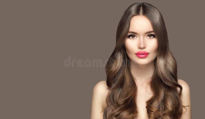 美少女肖像特写 美女模特脸 健康的长卷发,干净的皮肤 褐发模型 免版税库存照片