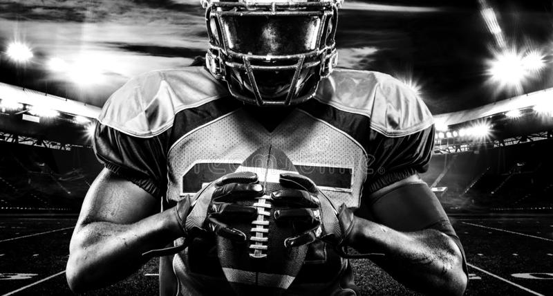 美式足球球员,盔甲的运动员与在体育场的球 北京,中国黑白照片 与copyspace的体育墙纸 免版税库存图片
