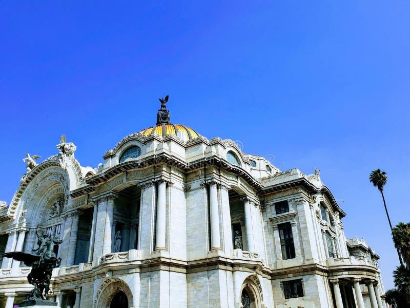 美术宫殿的门面的外视图在日间墨西哥城 免版税库存照片