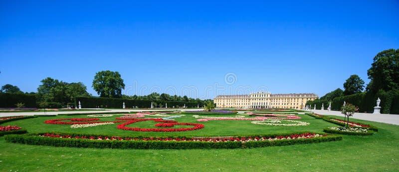 美泉宫德语:Schloss Schonbrunn是一个前皇家夏天住所,一个主要旅游胜地 免版税库存照片