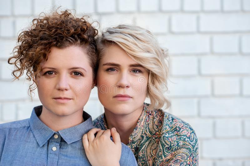 美满的一起站立年轻女人和她的女朋友外面 库存图片