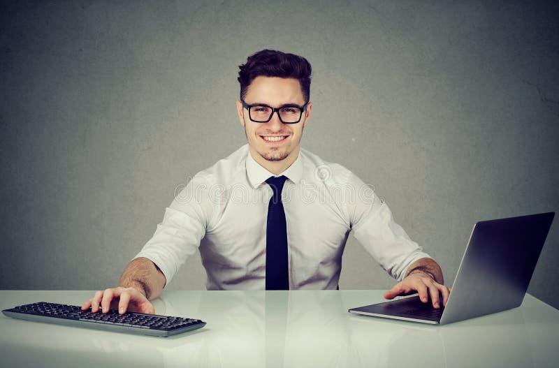美满的多任务年轻办工室职员 免版税库存图片