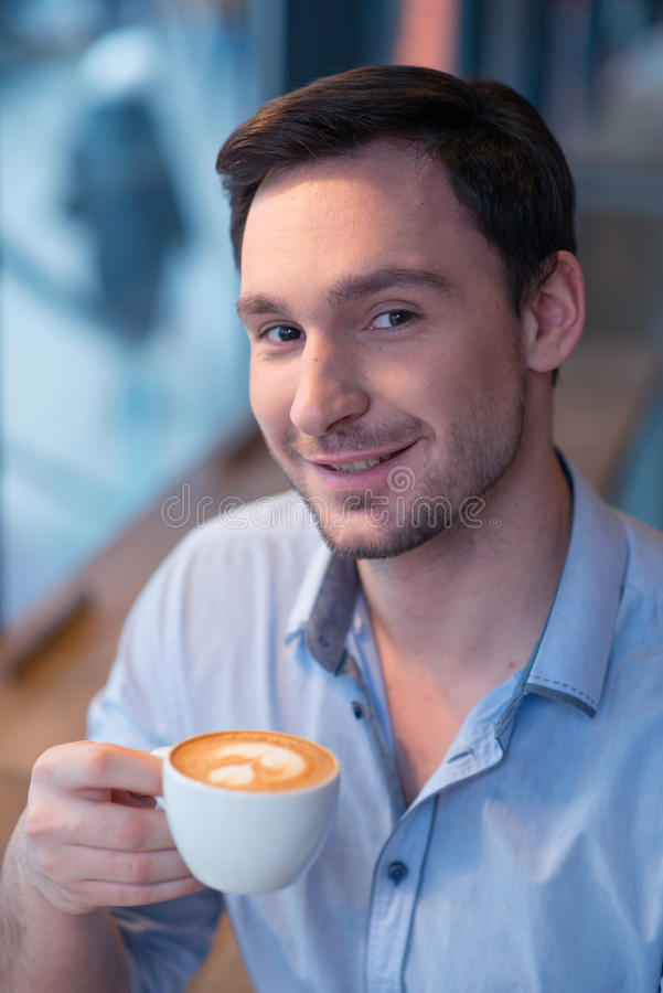 美满的人饮用的咖啡 免版税库存照片