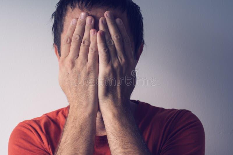 羞愧的人覆盖物面孔 库存照片