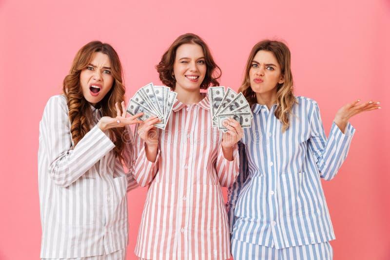 羡慕妇女20s照片五颜六色的镶边睡衣expressin的 免版税图库摄影