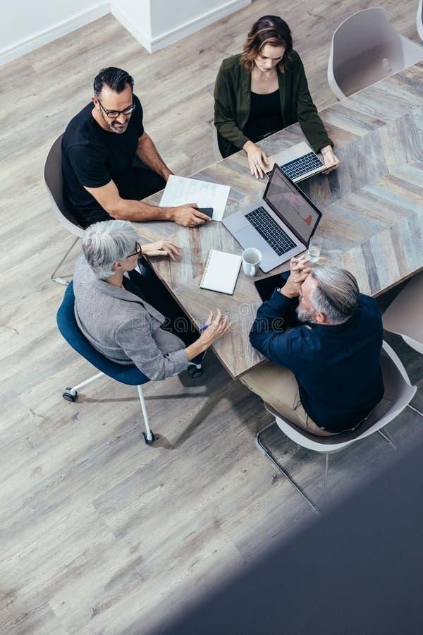 群策群力会议在办公室 免版税库存图片