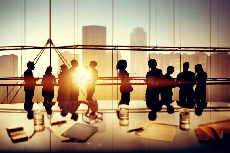 群策群力办公室讨论概念的商人 免版税图库摄影