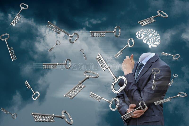 群策群力和成功钥匙在天空的 免版税库存图片