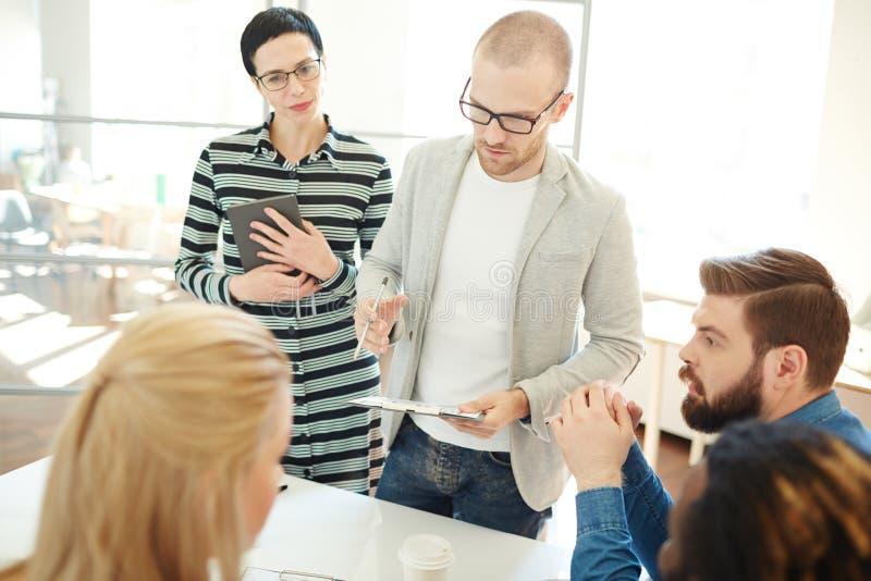 群策群力在会议上 免版税库存照片